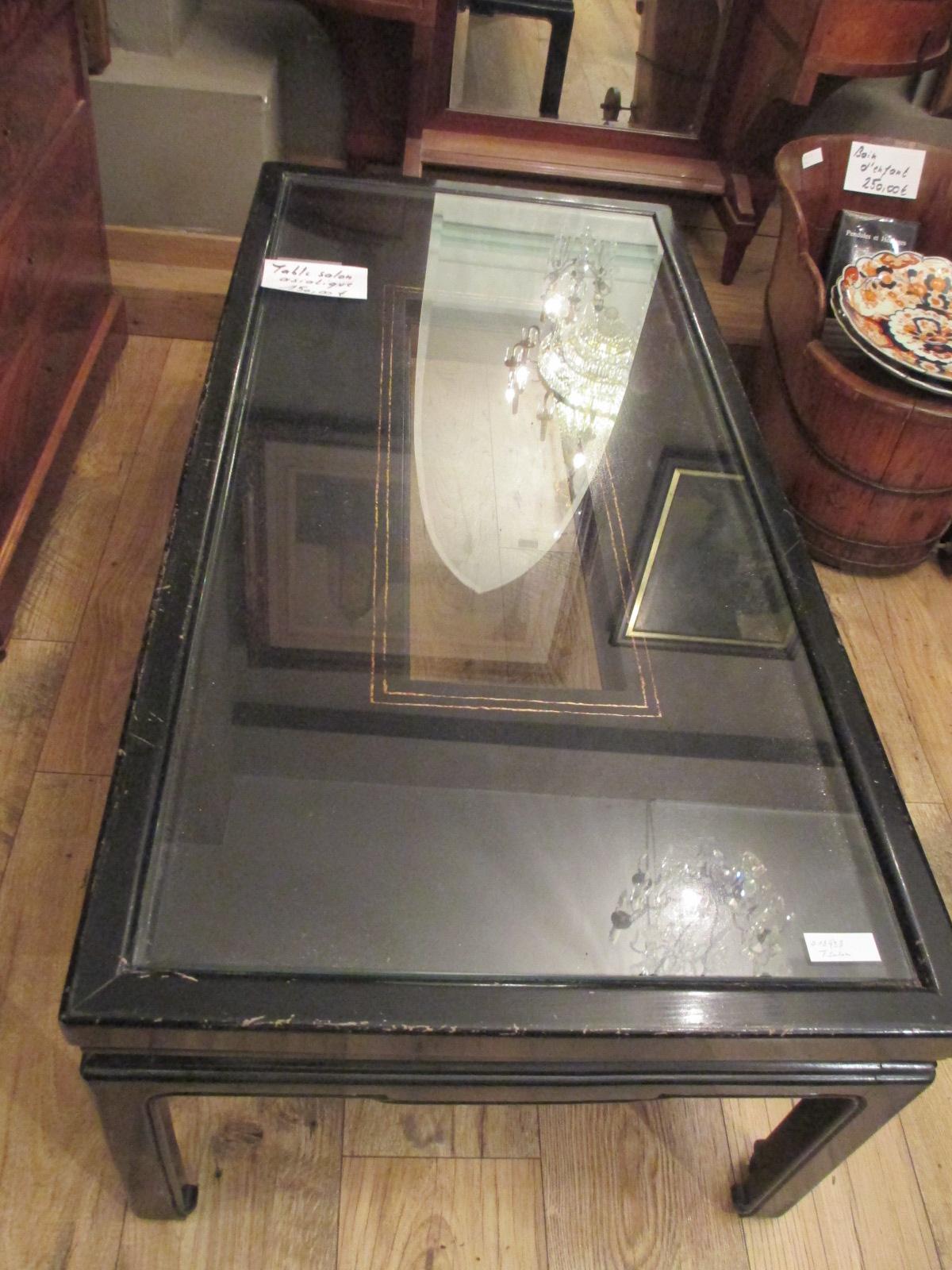 Table de salon laquée noire Image