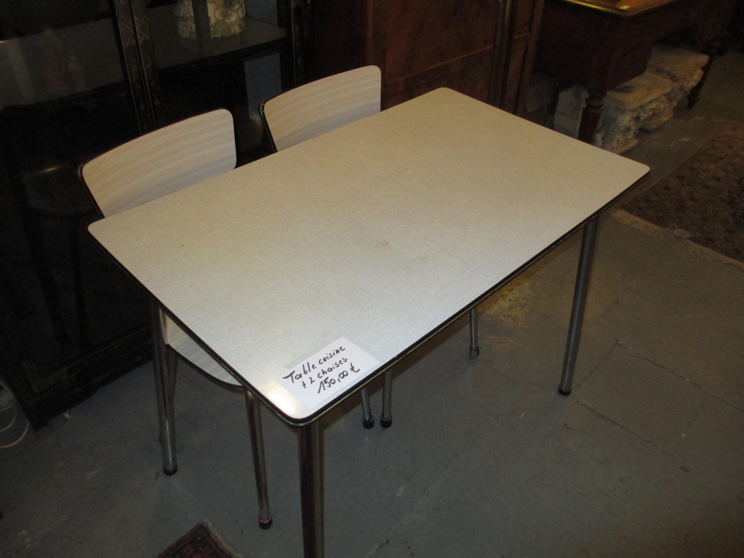 Table et 2 chaises cuisine vintage Image